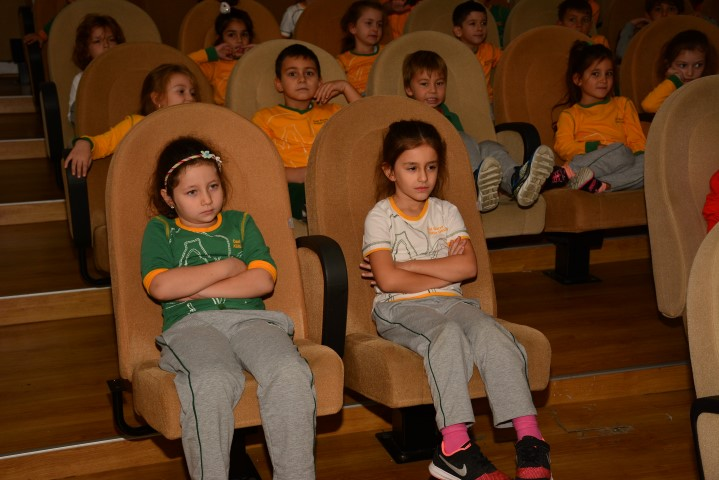 First grade students are watching film